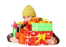 Süßes junges Mädchen mit Weihnachtsgeschenk Lizenzfreie Stockfotos