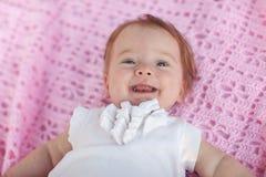 Süßes kleines Baby, das zurück auf ihr liegt. Stockbilder