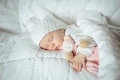 Süßes kleines Baby schläft mit einem Spielzeug Lizenzfreie Stockfotos