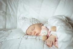 Süßes kleines Baby schläft mit einem Spielzeug Stockfoto
