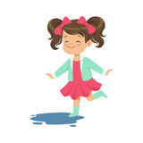 Süßes kleines Mädchen, das durch die Pfützentragende Gummistiefelkarikaturvektor Illustration springt und spritzt lizenzfreie abbildung