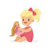 Süßes kleines Mädchen in einem rosa Kleid, das mit ihrer Puppe, bunte Charaktervektor Illustration spielt vektor abbildung