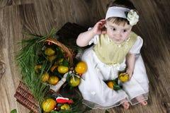 Süßes kleines Mädchen im Kleid mit Weihnachtskorb Lizenzfreie Stockfotos