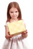 Süßes kleines Mädchen mit anwesendem Kasten Lizenzfreie Stockbilder