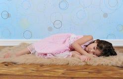 Süßes kleines Mädchen schlafend auf pelzartiger brauner Wolldecke Lizenzfreie Stockfotografie