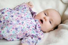 Süßes kleines neugeborenes Schätzchen in einem Bett Stockbild