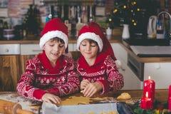 Süßes Kleinkindkind und sein älterer Bruder, Jungen, helfende Mama p stockbilder