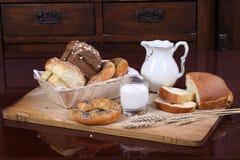 Süßes Laib mit kandierter Frucht und einem Glas Milch auf hölzernem tabl Lizenzfreie Stockfotos
