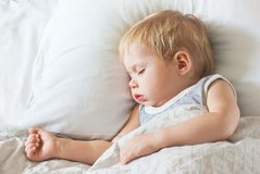 Süßes Little Boy, das auf Bett schläft Stockbild