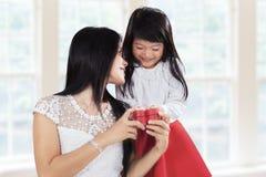Süßes Mädchen dankbar zu ihrer Mutter lizenzfreie stockfotografie