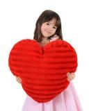 Süßes Mädchen, das mit großem rotem Innerem aufwirft. getrennt Lizenzfreies Stockfoto