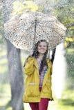 Süßes Mädchen, das mit Regenschirm springt Lizenzfreies Stockbild