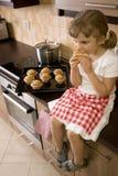 Süßes Mädchen, das Muffin isst stockfotografie