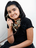 Süßes Mädchen, das Telefon verwendet Lizenzfreies Stockfoto