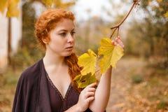 Süßes Mädchen im Herbstwald, -einsamkeit und -melancholie stockbild