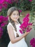 Süßes Mädchen mit Bortenblumen Stockfoto
