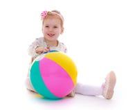 Süßes Mädchen mit einem Ball Stockbilder