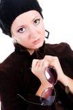 Süßes Mädchen mit Gläsern in ihren Händen lizenzfreie stockbilder