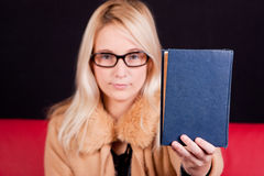 Süßes Mädchenerscheinen ein Buch Lizenzfreie Stockbilder