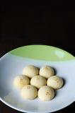Süßes mochi wird in eine Platte mit einem schwarzen Hintergrund gelegt stockbilder