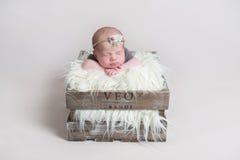 Süßes nettes Baby, das auf ihrem Bauch schläft Lizenzfreies Stockfoto