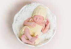 Süßes neugeborenes Baby im Hut und im Schlüpfer schlafend auf dem Oberteil lizenzfreie stockfotografie