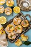 Süßes Ostern-Ricottagebäck Soffioni mit Zitronensaft stockbilder
