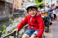 Süßes Porträt des Vorschuljungen in der Stadt von Annecy, Frankreich, s Lizenzfreie Stockfotografie