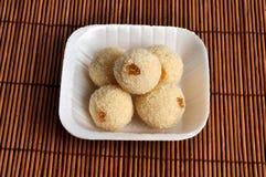 Süßes rava laddu mit weißem Hintergrund Stockfotos