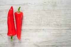 Süßes rotes Kapia pfeffert auf einem weißen hölzernen Hintergrund stockfoto
