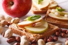 Süßes Sandwich mit der Erdnussbutter und Apfel horizontal Lizenzfreie Stockfotografie
