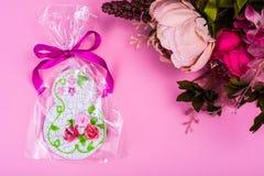 Süßes schönes Lebkuchengeschenk zu internationalem Frauen ` s Tag Stockbild