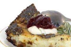 Süßes Stück der Torte mit Mohn auf einer Untertasse Stockfoto