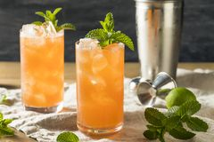 Süßes tropisches Zombie-Cocktail mit Rum stockfotos