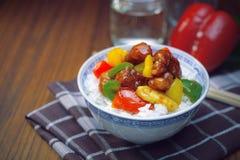 Süßes und saures Schweinefleisch mit Reis Stockfoto