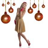 Süßes Weihnachtsmädchen im goldenen Kleid Lizenzfreies Stockfoto