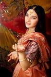 Süßes wirkliches indisches Mädchen der Schönheit im Sari an lächelnd Lizenzfreies Stockfoto