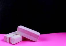 Süßigkeit auf einem rosa Hintergrund lizenzfreie stockfotos