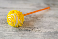 Süßigkeit auf einem Steuerknüppel lizenzfreies stockbild