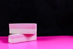 Süßigkeit auf rosa Hintergrundsäure lizenzfreie stockfotos