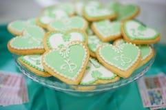 Süßigkeit backt auf Hochzeitsfest zusammen Lizenzfreie Stockfotos