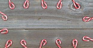 Süßigkeit Cane Border auf rustikalem Holz Lizenzfreie Stockbilder