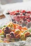Süßigkeit in den Schüsseln stockfotografie