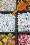 Süßigkeit in den Stauräumen auf Straßenhändler-Wagen Lizenzfreies Stockbild