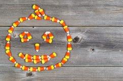 Süßigkeit formte als Halloween-Kürbis auf rustikalem Holz Stockfotografie