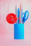 Süßigkeit mit rosa und blauem Briefpapiersatz Stockbild