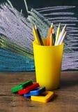 Süßigkeit und farbige Bleistifte Stockfotos
