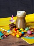 Süßigkeit und farbige Bleistifte Stockfotografie