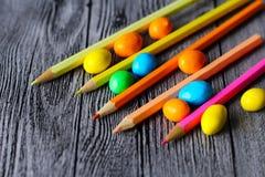 Süßigkeit und farbige Bleistifte Stockfoto