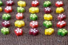 Süßigkeiten auf braunem Hintergrund lizenzfreie stockfotografie